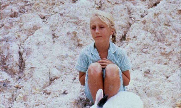 """Die Angst vor dem Kommunismus und eine Kaninchenplage: In die Krisen der Melbourner Vorstadt wird in """"Celia"""" von Ann Turner (1989) ein Mädchen hineingezogen. Es ist einer der über 50 Filme der Australien- Schau im Filmmuseum."""