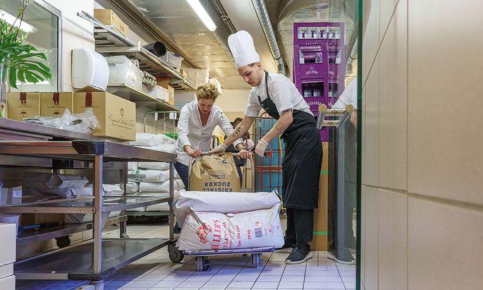 Gemeinsam. Birgit Reitbauer packt in der Küche des Restaurants Steirereck selbst mit an.