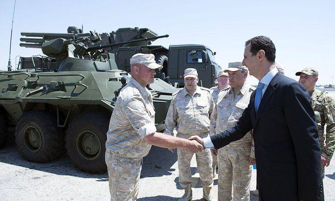 Bashar al-Assad traf in Hmeinin auf russische Offiziere.