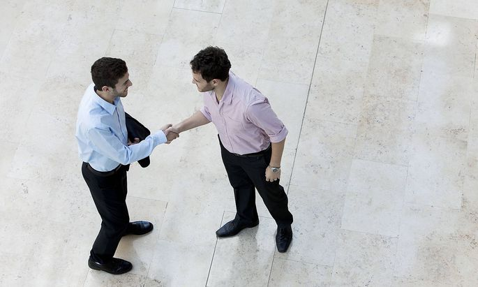 Businessmen shaking hands PUBLICATIONxINxGERxSUIxAUTxONLY Copyright SigridxOlsson B58907831
