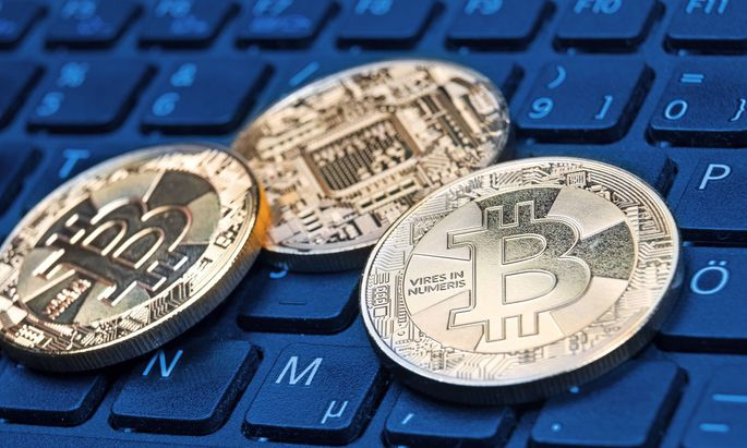 Bitcoin goldene Sammlermuenze der digitalen Cryptowaehrung auf einer Computertastatur virtuelles Z