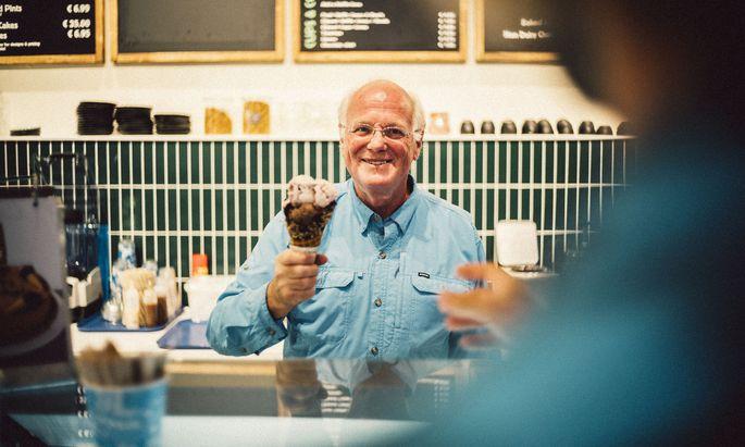 """Ben Cohen in Berlin, wo er einen """"Scoop Shop"""" von Ben & Jerry's eröffnete."""