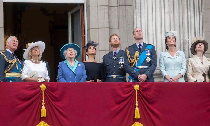 Prinz Charles, Camilla, die Queen, Meghan, Prinz Harry, Prinz William, Kate und Prinzessin Anne (v. l.) auf dem Balkon des Buckingham-Palasts.