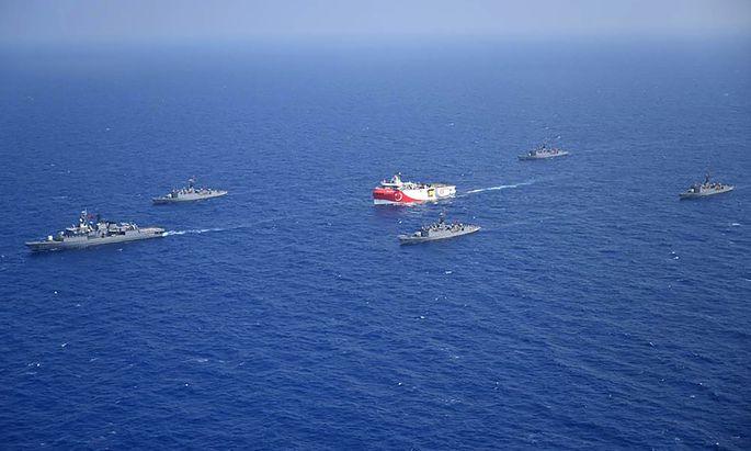 Eskortiert von türkischen Kriegsschiffen kreuzt das Forschungsschiff Oruç Reis im östlichen Mittelmeer. Die griechische Regierung ist über die türkischen Aktivitäten empört und hat ebenfalls Kriegsschiffe entsandt.