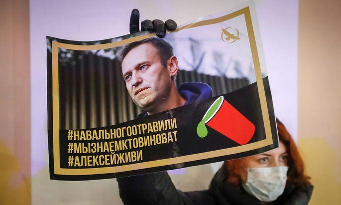 Eine Nawalny-Unterstützerin bei einer Protestaktion in St. Petersburg.