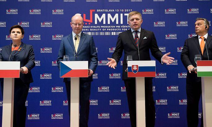 Braucht es bei Visegrad-Gipfeln bald ein fünftes Rednerpult? Beata Szydlo (Polen), Bohuslav Sobotka (Tschechien), Robert Fico (Slowakei) und Viktor Orbán (Ungarn) sind derzeit die Regierungschefs der Visegrad-Staaten.