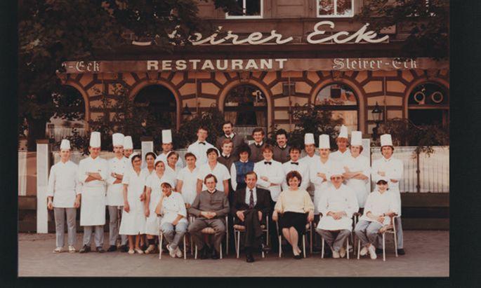 Das Steirereck-Team in den 1980er-Jahren vor dem Lokal in der Rasumovskygasse. Mittig: Heinz Reitbauer, Margarethe Reitbauer und Helmut Österreicher (links).