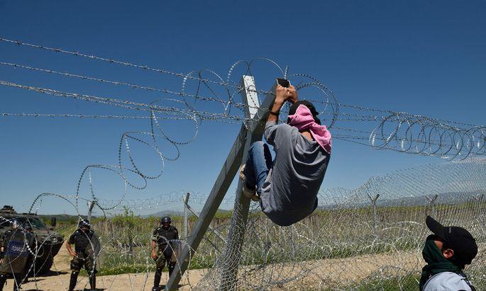 An der griechisch-mazedonischen Grenze gibt es kein Weiterkommen. Viele Flüchtlinge weichen über Bulgarien aus.