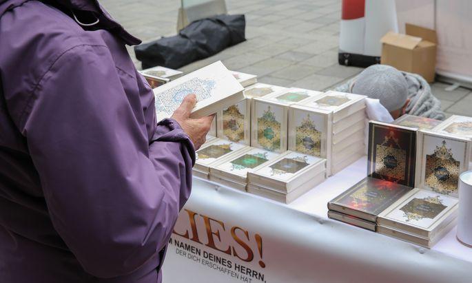 Die umstrittenen Koranverteilungen wurden bereits eingedämmt; mit einem neuen Netzwerk setzen Ministerien auf noch mehr Prävention.