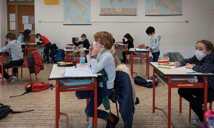 Mit regelmäßigen Selbsttests für zu Hause soll ein regulärer Präsenzunterricht ermöglicht werden (Archivbild).