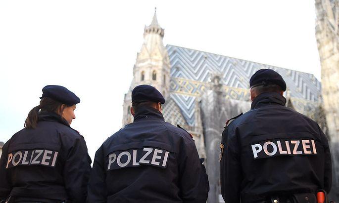 Nach den Anschlägen von Paris wurde in Österreich (im Bild der Wiener Staphansplatz am Donnerstag) die Polizeipräsenz erhöht. Das Islamisten-Netz könnte hierzulande größer sein, als bisher bekannt.