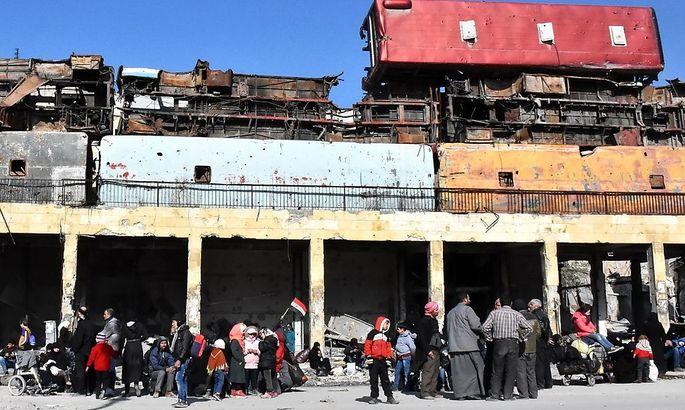 Menschen sammeln sich in von der Regierung rückeroberten Stadtteilen, um die Rückkehr in ihre Wohnungen zu koordinieren.