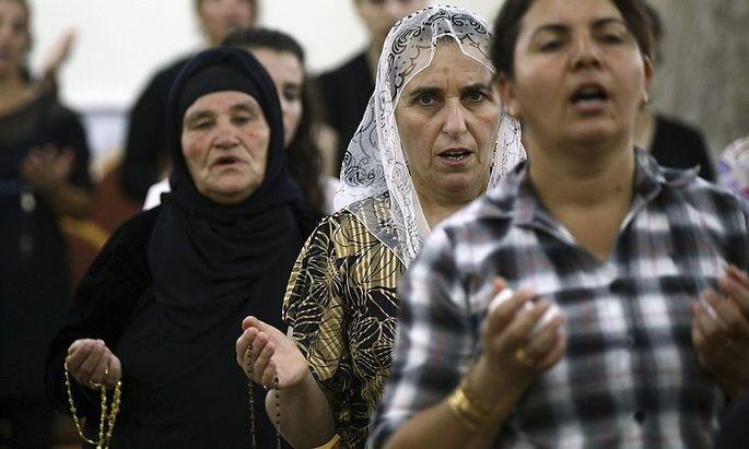 Irakische Christen fliehen vor den Islamisten in kurdische Gebiete.