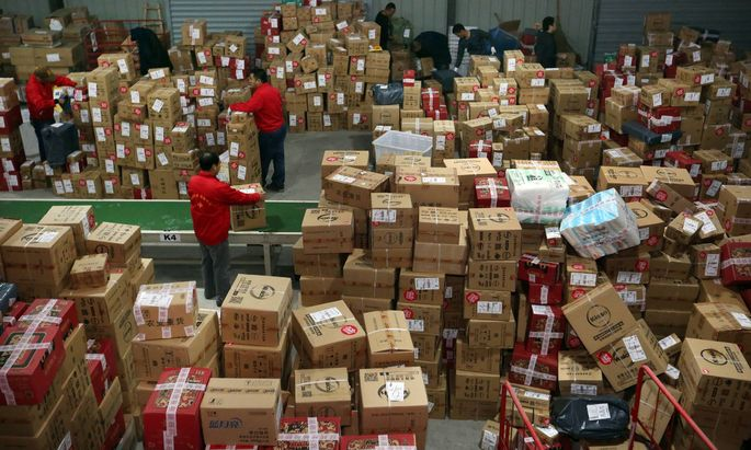 151113 CHANGZHOU Nov 13 2015 Staff members of an express company sort out packages in Cha