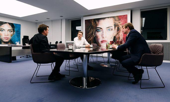 """WKO-Chef Harald Mahrer (Mitte) im Interview mit """"Presse""""-Chefredakteur Rainer Nowak (links) und Economist-Ressortleiter Gerhard Hofer."""