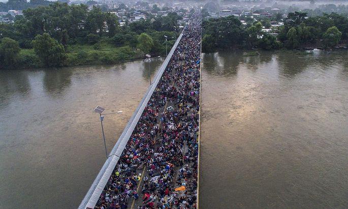 Tausende warteten auf Einlass nach Mexiko.