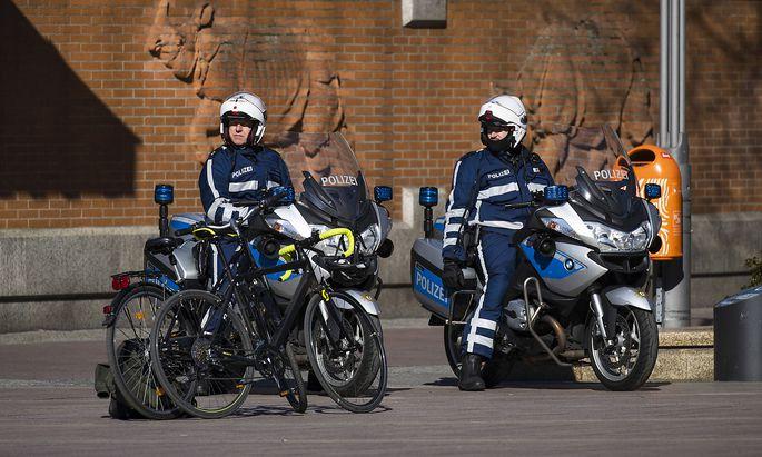 Die Polizei kontrolliert die Einhaltung der Ausgangsbeschränkungen in Berlin.
