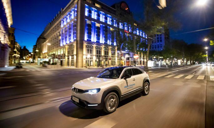 Wien, Parkring: Ein Mazda MX-30 lotet das Stromspar- potenzial im Stadtverkehr aus.
