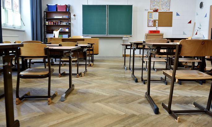 Die Sessel und Tische in den Schulen werden auseinander gerückt. Auch hier gilt der Mindestabstand.