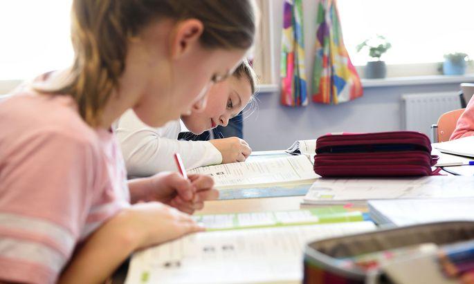 Schülerinnen in einer NMS