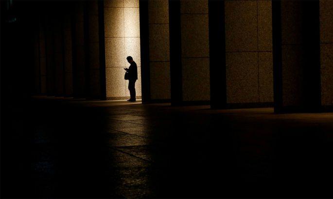 Mann im Finanzdistrikt von Tokio.