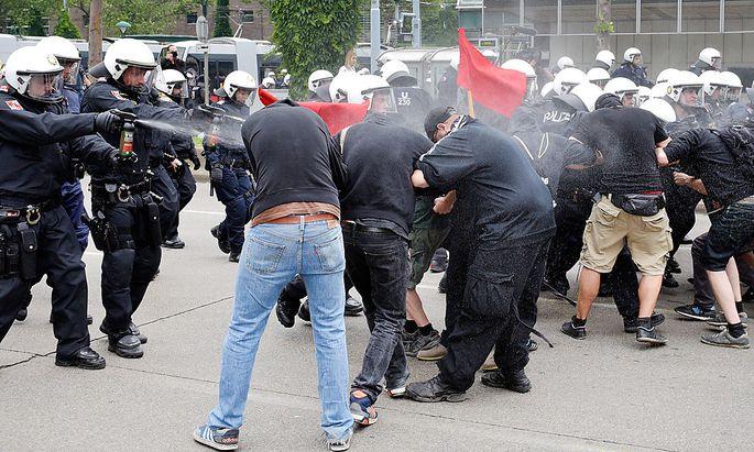 Die Polizei setzte Pfefferspray ein.