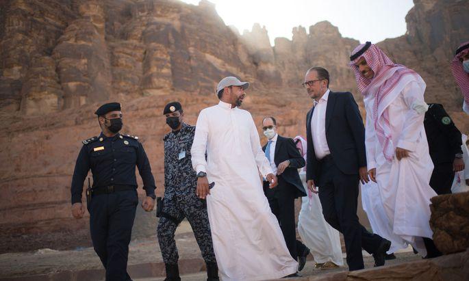 Treffen in der Wüste: Prinz Faisal (re.) und Außenminister Schallenberg in der Oasenstadt al-Ula.
