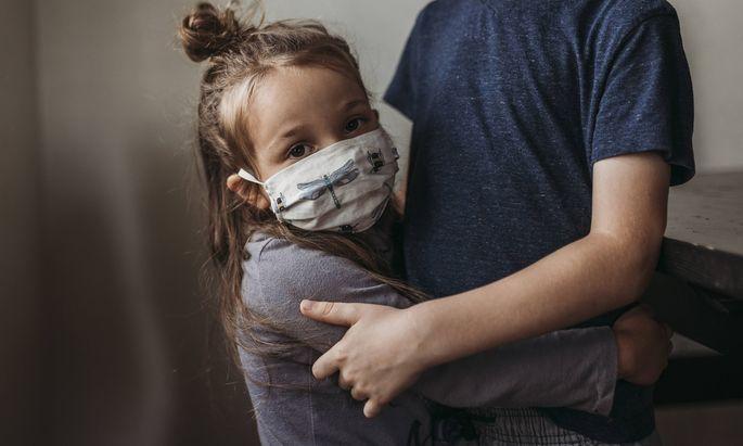Ich umarme meine Mädchen und lasse mich umarmen (Symbolbild).