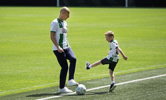 Arjen Robben spielt mit seinem Sohn