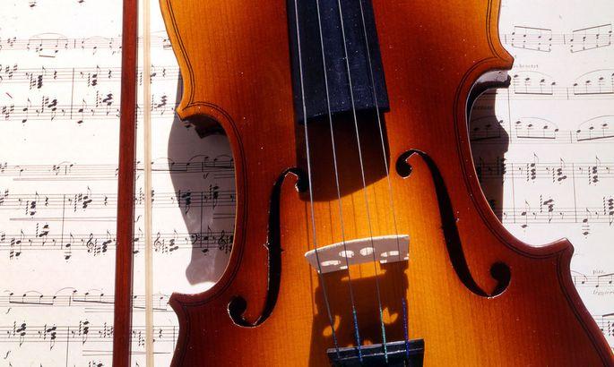 Geige mit Notenblatt / Violin with sheet of music