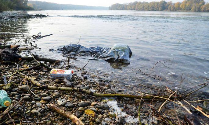 """Abfälle von Haushalt, Sport und Freizeit prägen an manchen Stellen das Ufer der Donau. Viel Plastikmüll wandert auch """"unsichtbar"""" im Wasser bis zum Meer."""