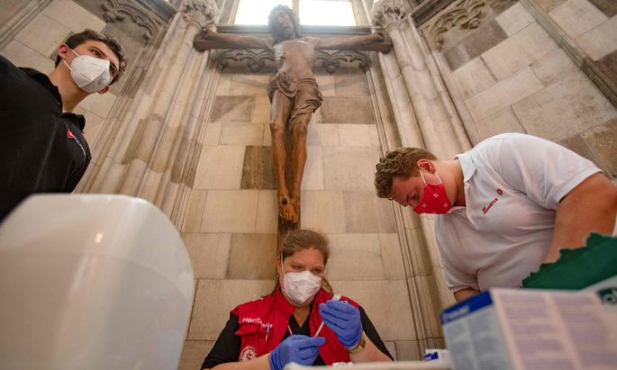 Impfen unter dem Kreuz in der Barbarakapelle des Wiener Stephansdoms.