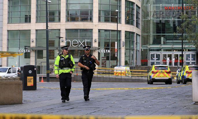 Sicherheitskräfte nach der Messerattacke in Manchester.