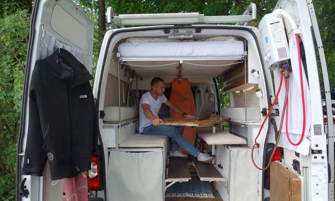 Arbeiten, kochen, schlafen und Surfausrüstung verstauen: Seinen Bus hat Matthias Erlacher auf die eigenen Bedürfnisse zugeschnitten – und so zum trauten Heim für den Sommer verwandelt.
