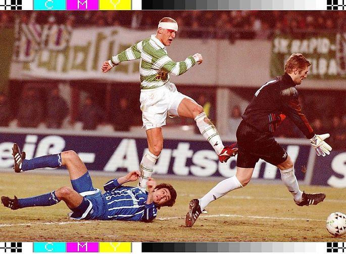 Carsten Jancker traf mit Kopfverletzung: Gegen Lissabon blutete er am linken, gegen Moskau am rechten Auge.