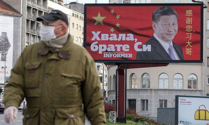 """PR-Offensive. """"Danke Bruder Xi!"""" - am Höhepunkt der Corona-Pandemie wurde in Serbien Chinas Staatschef für Pekings Hilfe gefeiert."""