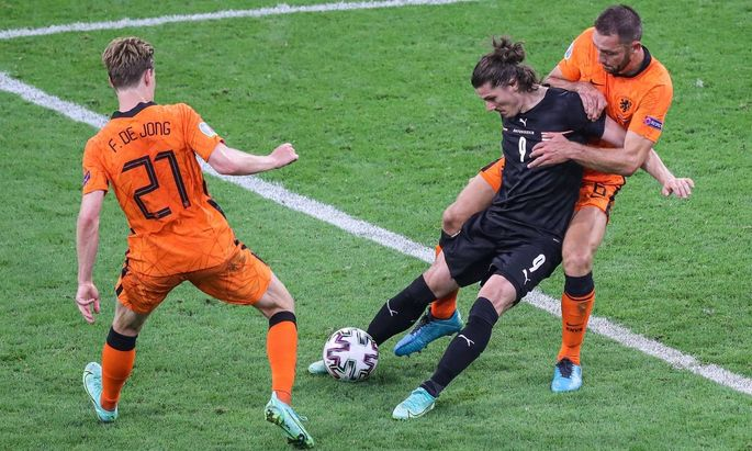 AMSTERDAM - (lr) Frenkie de Jong of Holland, Marcel Sabitzer of Austria, Stefan de Vrij of Holland during the UEFA EURO,