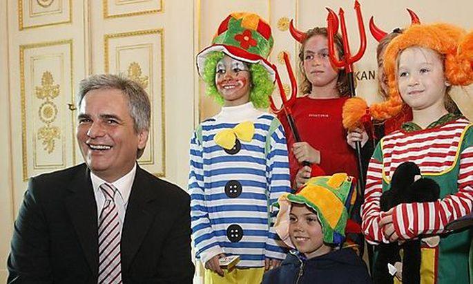 KOSTUEMIERTE SCHUELER bei Bundeskanzler Faymann im Jahr 2008
