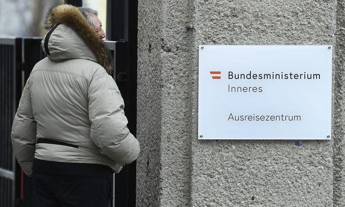 """Seit Freitag hängen in Thalham und Traiskirchen neue Schilder: """"Ausreisezentrum"""" statt wie bisher Erstaufnahmestelle."""