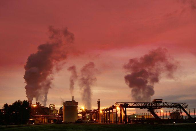 Fabriksrauchfang bei Sonnenaufgang