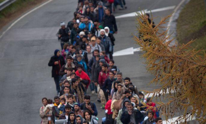 Symbolbild: Flüchtlinge nahe eines Grenzübergangs