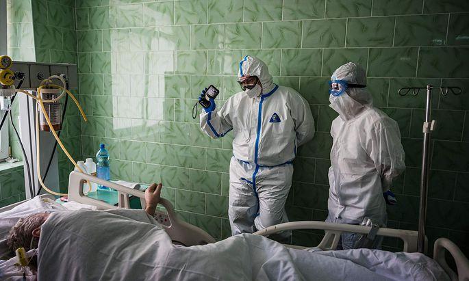 Ein Corona-Patient auf der Intensivstation eines Moskauer Krankenhauses.