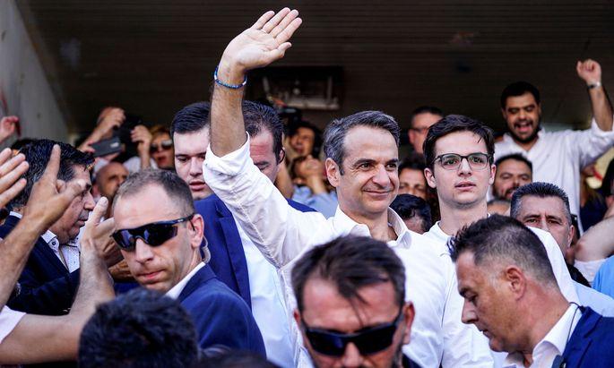 Aus der Bildmitte winkt Kyriakos Mitsotakis, Parteivorsitzender der Nea Dimokratia