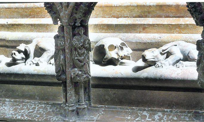 Unfreundliche Tiere sollten die bösen Geister vom Kaisergrab im Wiener Stephansdom fernhalten – Detail aus dem Sockel der Tumba.