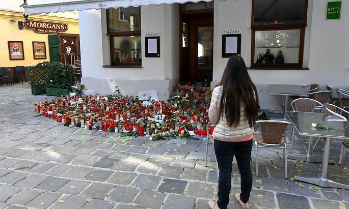 Kerzen und Blumen vor einem der Tatorte.