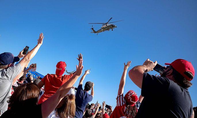 Der Helikopter von US-Präsident Donald Trump hebt vom Flughafen in Prescott in Arizona ab.