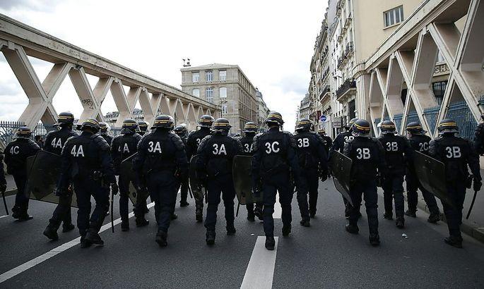 Hohes Polizeiaufgebot in Paris. Demonstranten wollten zum Elysee-Palast marschieren.