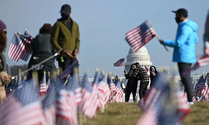Die Flaggen vor dem Kapitol werden nach der Angelobung Joe Bidens wieder eingesammelt. Der US-Präsident hat in den ersten Tagen seiner Amtszeit auch in der Abrüstungsfrage seine Pläne skizziert.