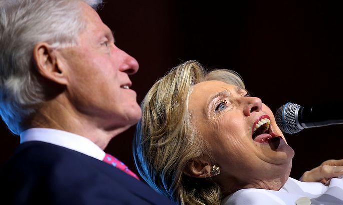 Diesmal ist es ein FBI-Bericht über Bill Clintons Amtszeit, der Hillary Clinton im Wahlkampf in die Quere kommt.