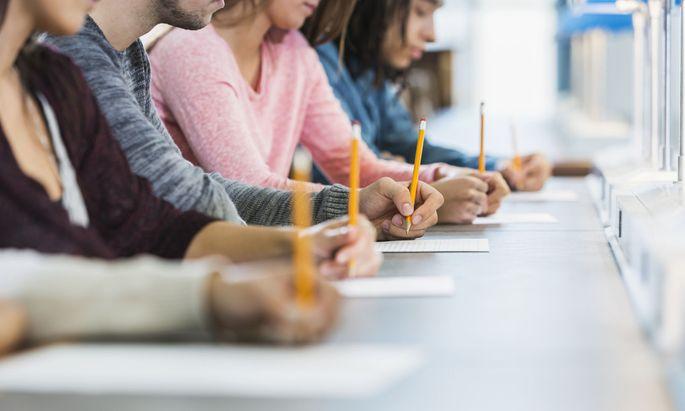 Reines Faktenwissen abzuprüfen ist nicht mehr zeitgemäß. Künftig soll die Leistungsbeurteilung mehr auf individuellen Lernfortschritt fokussieren.